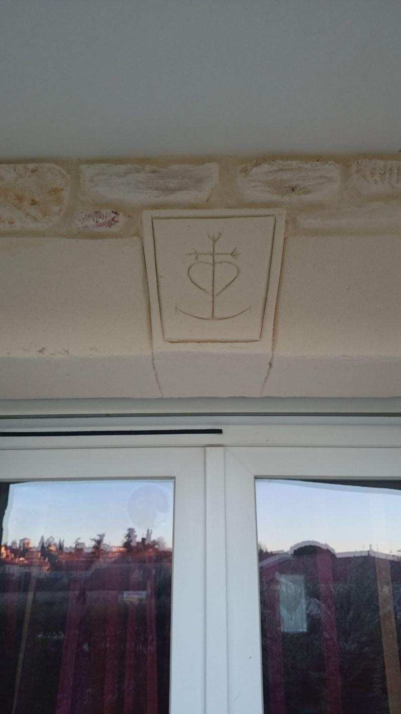 Croix camarguaise sur clef de voûte.  St Maurice de Cazevielle