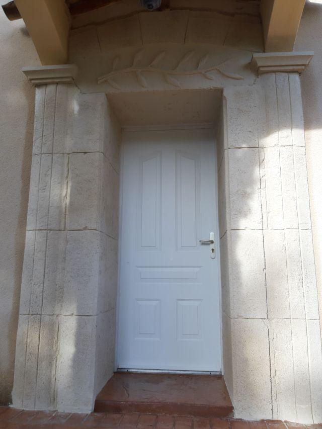Rénovation et mise en valeur de l'entrée avec une décoration pierre et colonne