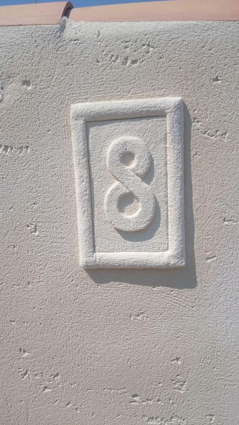 Numéro d'habitation sculpté dans l'enduit