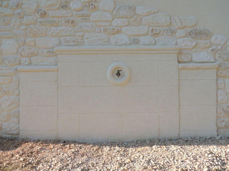 Fontaine en bloc de pierre de taille avec moulures le tout créé sans moule ni gabarit