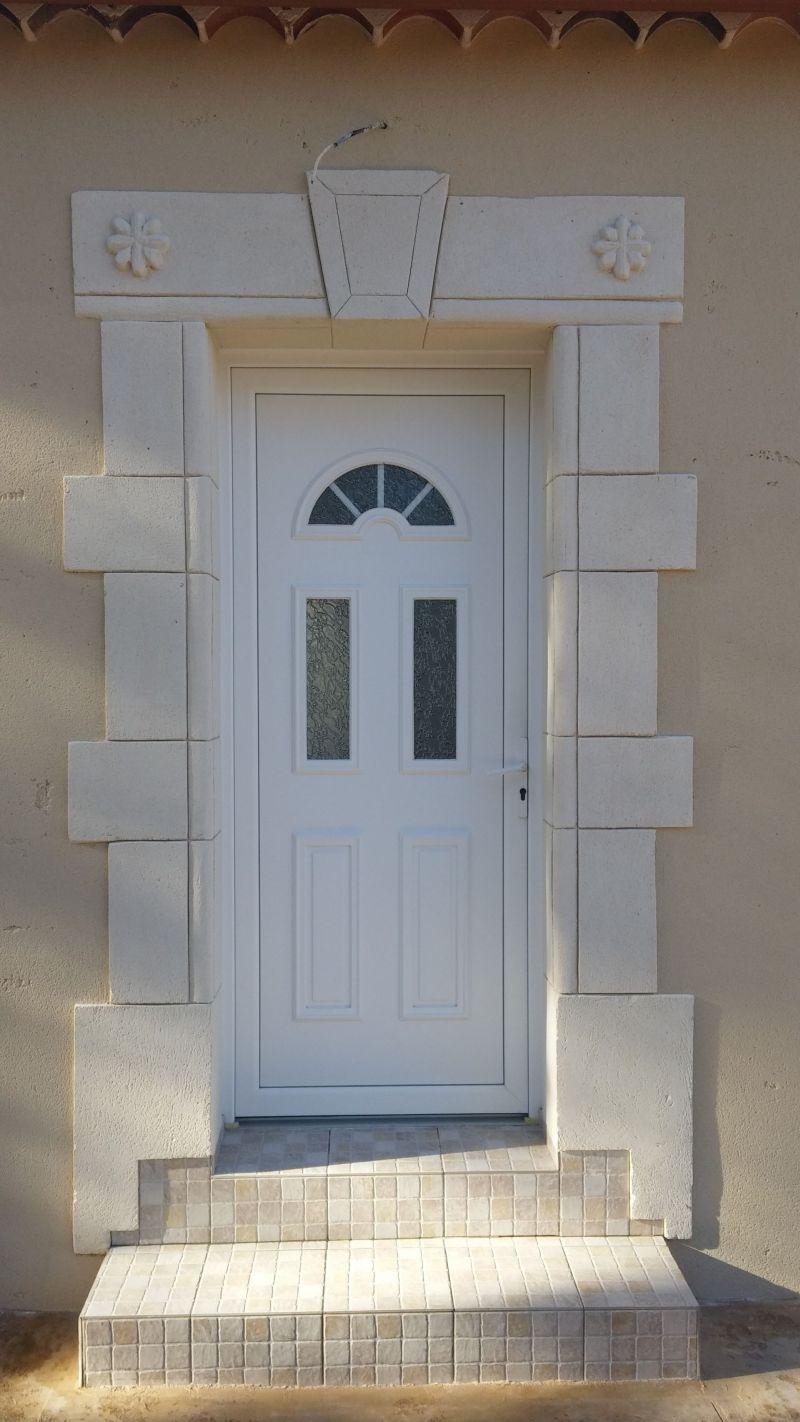 Porte d'entrée originale avec rosaces sur linteau