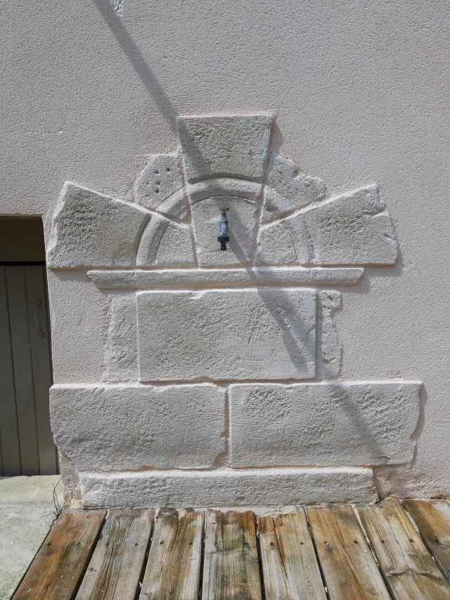 fontaine murale atypique en fausse pierre