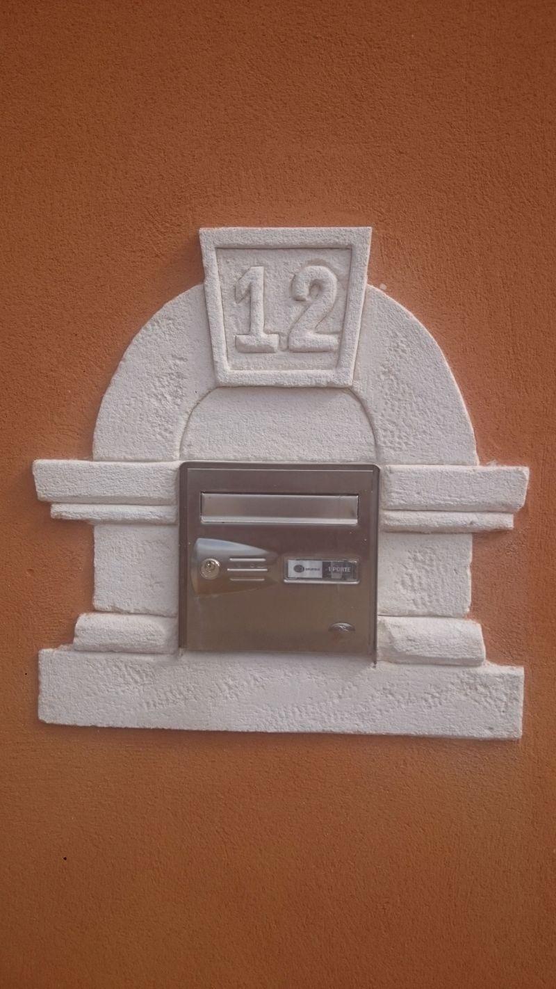 Mise en valeur de la boîte aux lettres avec entourage pierre
