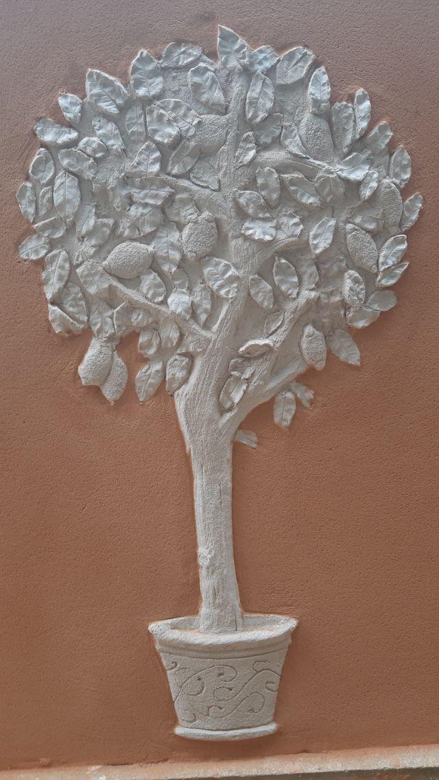 Décoration d'un citronnier en enduit sculpté