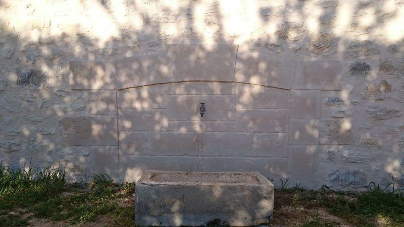 Fontaine en pierres rejointoyées.  St Maurice de Cazevielle
