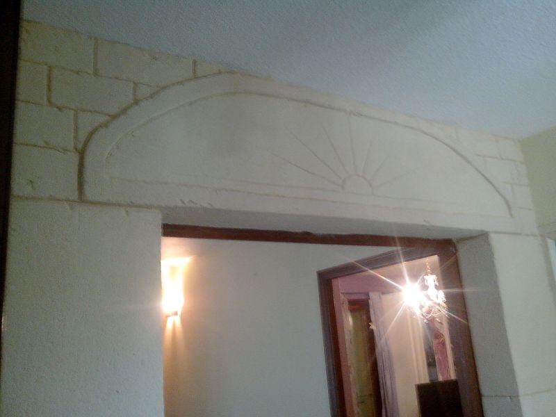Soleil couchant sur linteau en décoration dans le hall d'entrée