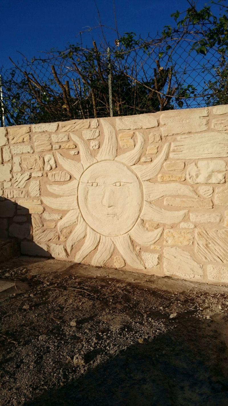 Soleil sur mur de clôture. St Maurice de Cazevielle