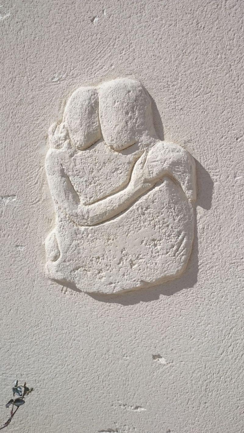 Décoration d'amoureux enlacés sur mur de clôture