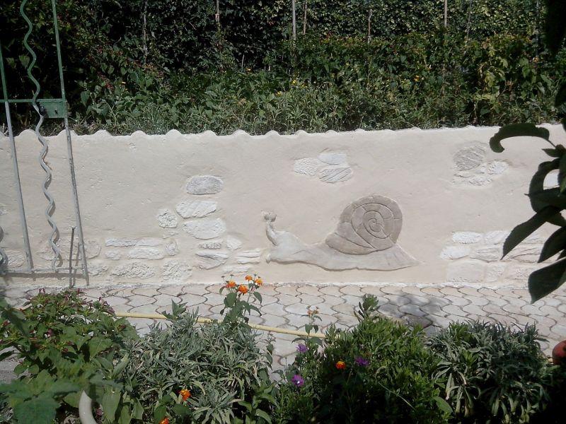 Escargot sur muret de jardin
