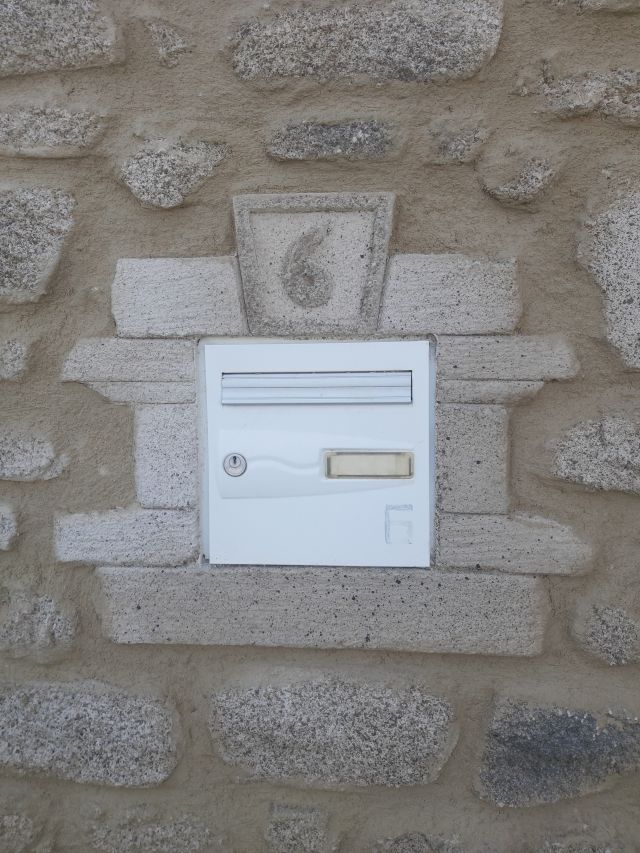 Entourage de la boite au lettres en fausse pierre avec la numéro de maison
