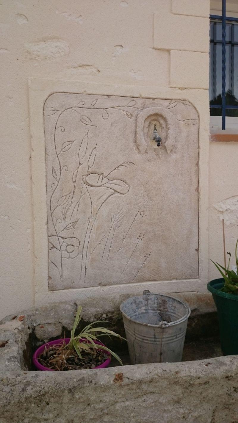 Fontaine murale avec décor champêtre et fer à cheval