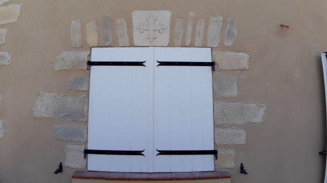 Encadrement en fausse pierre et décoration scupté main sur clef de voute