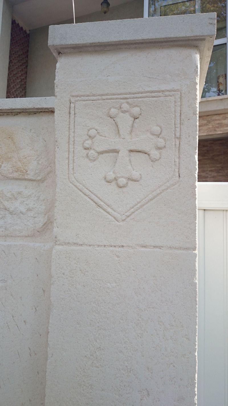 Croix du Languedoc sur le pilier avec du crépis de façade