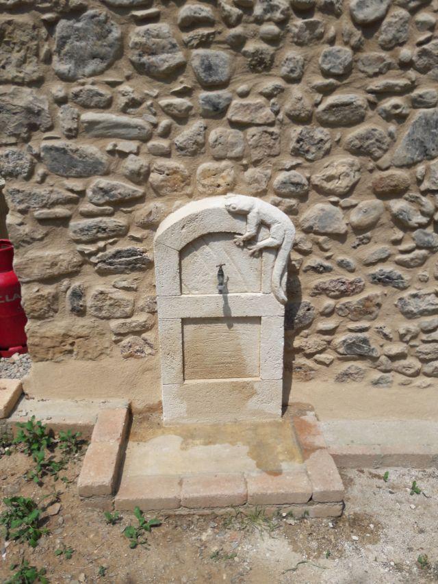 fontaine décorative en enduit pierre avec décoration lézard