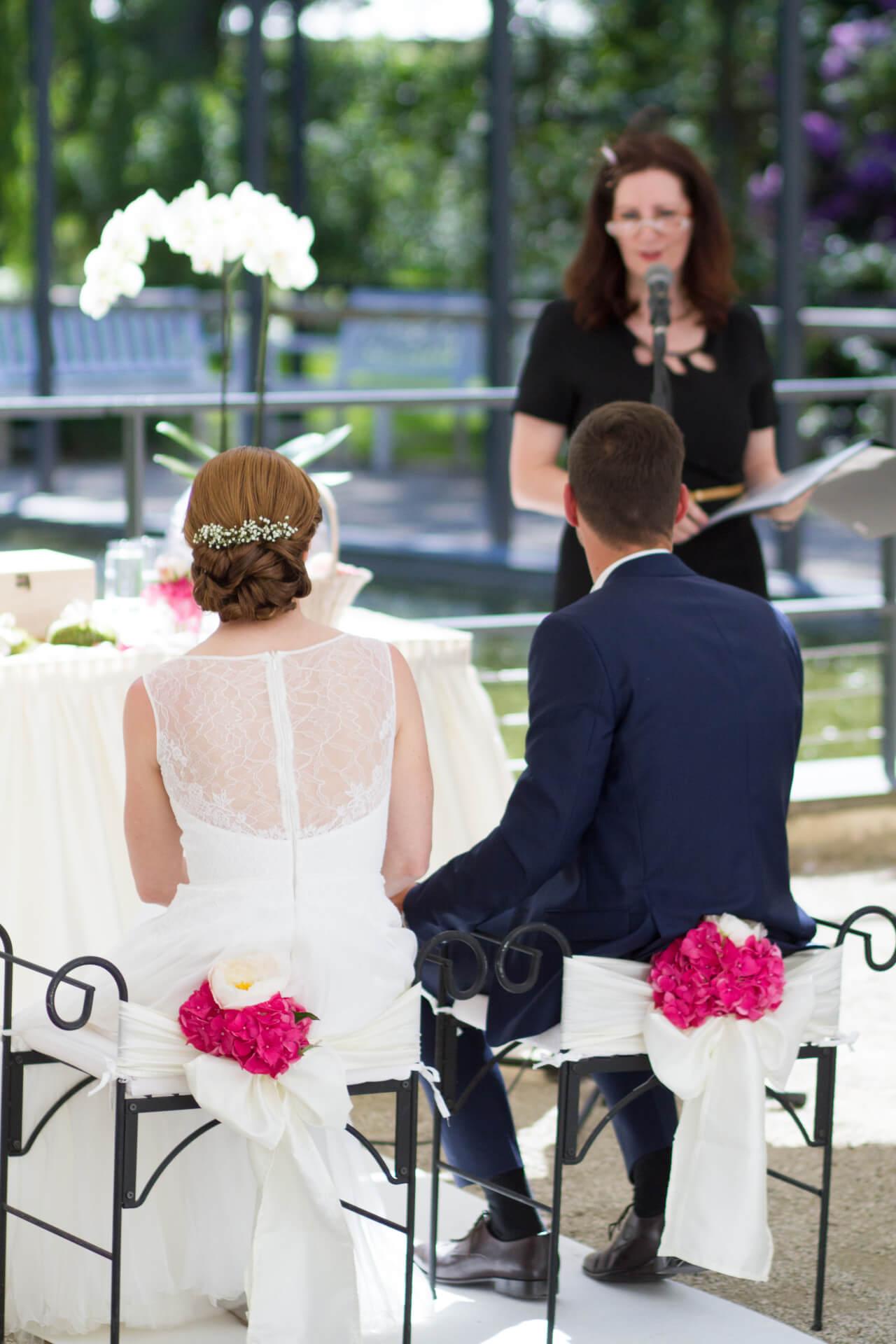 Das Brautpaar lauscht der Traurede