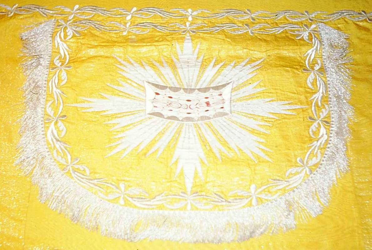 Piviale in filo dorato e ricami (XIX secolo) con la Sindone ricamata