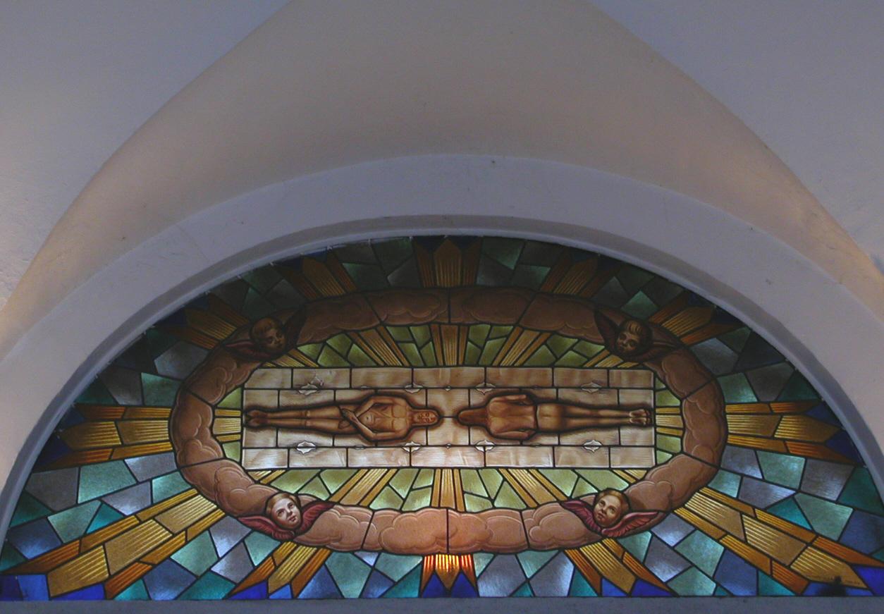 Lunetta vetrata, casa della Confraternita del SS. Sudario.