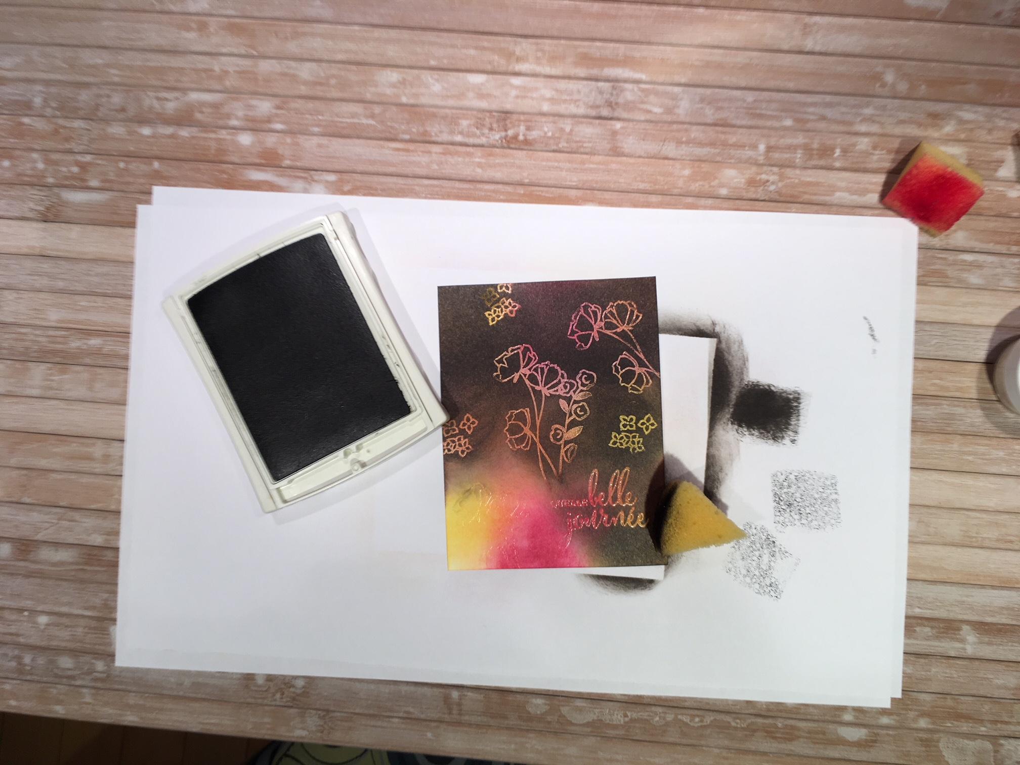 À l'aide d'une éponge ajouter l'encre sur tout le carton