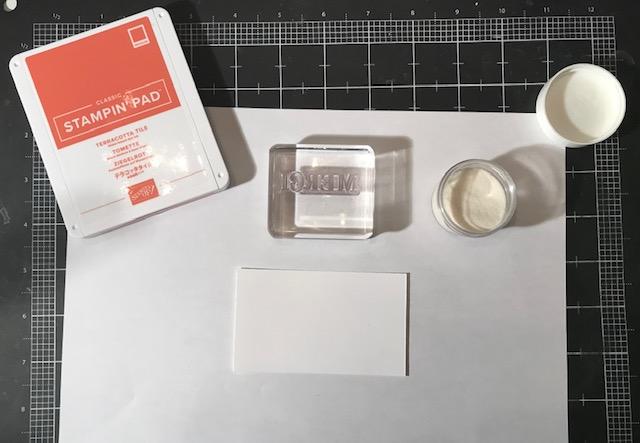 1- On a besoin d'encre de couleur, étampe , poudre d'embossage transparente et retaille de carton murmure blanc