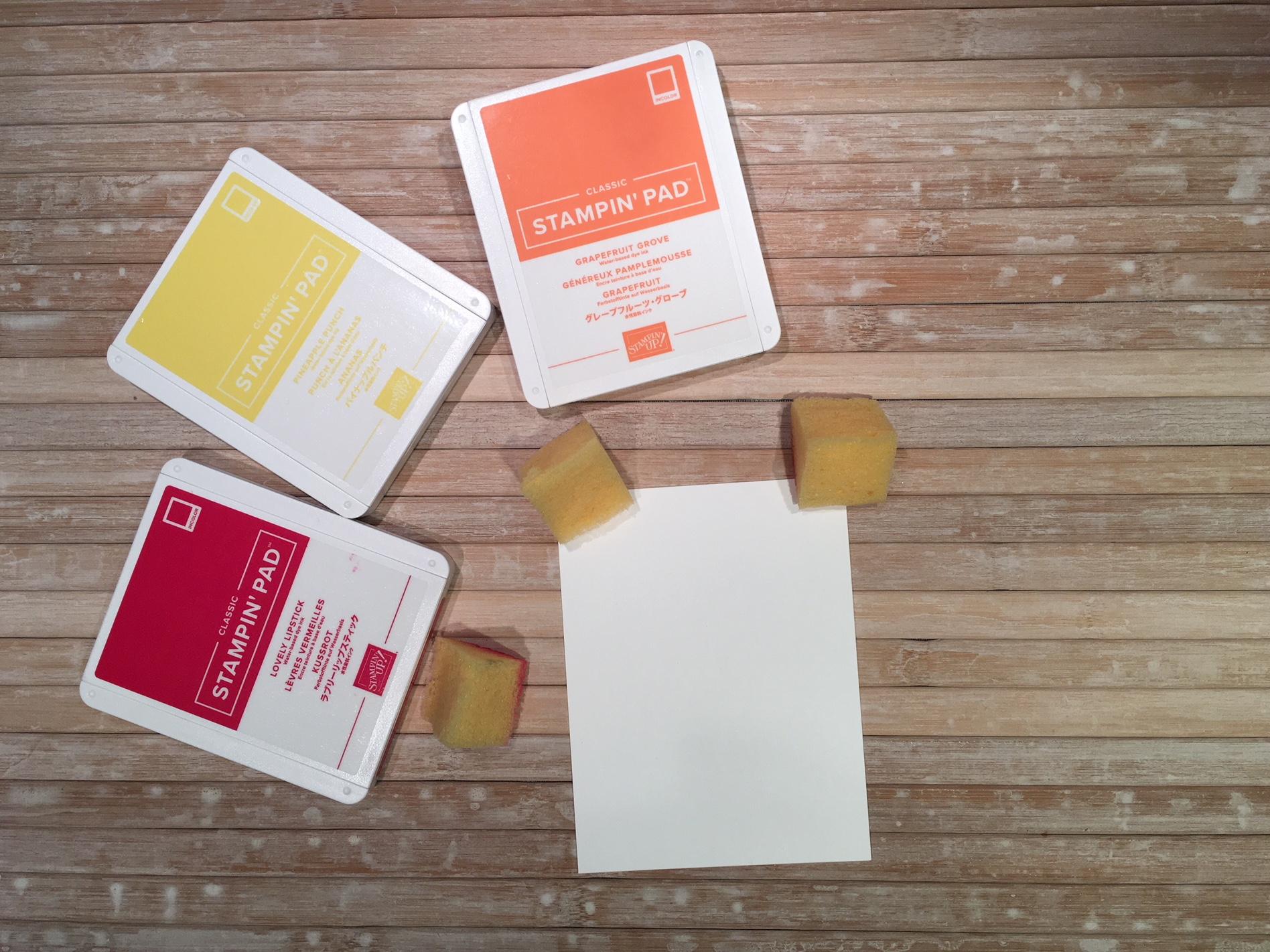 Encrer le carton murmure blanc à l'aide d'une éponge