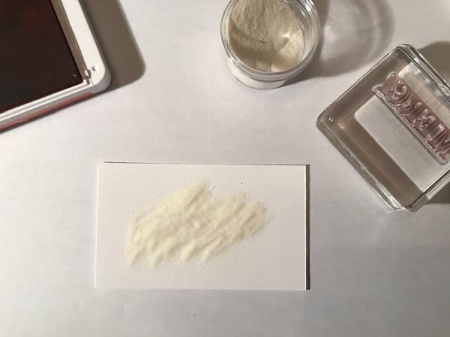 3- Sans tarder, recouvrir de poudre transparente