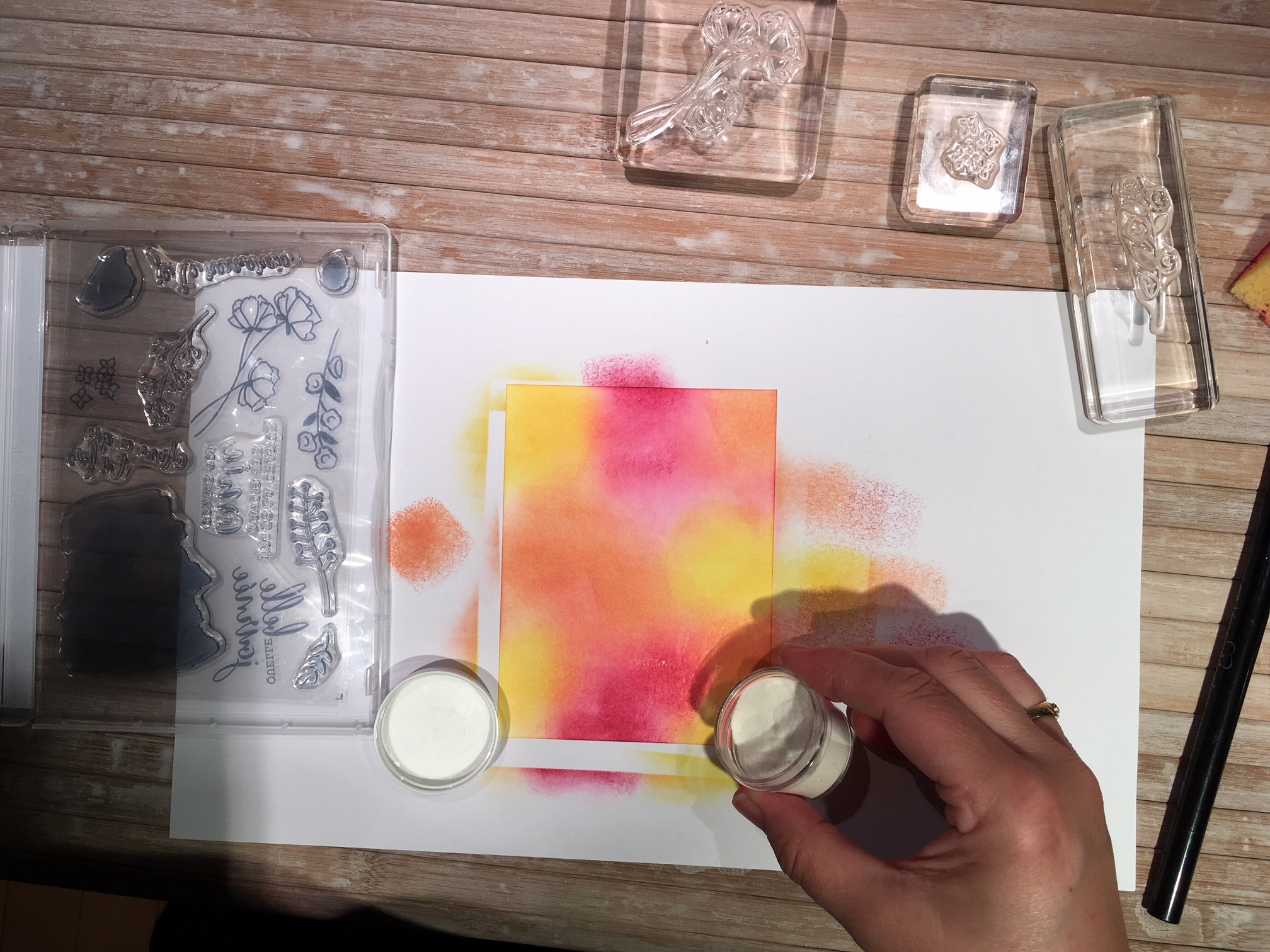 Saupoudrer de la poudre à gaufrage transparente