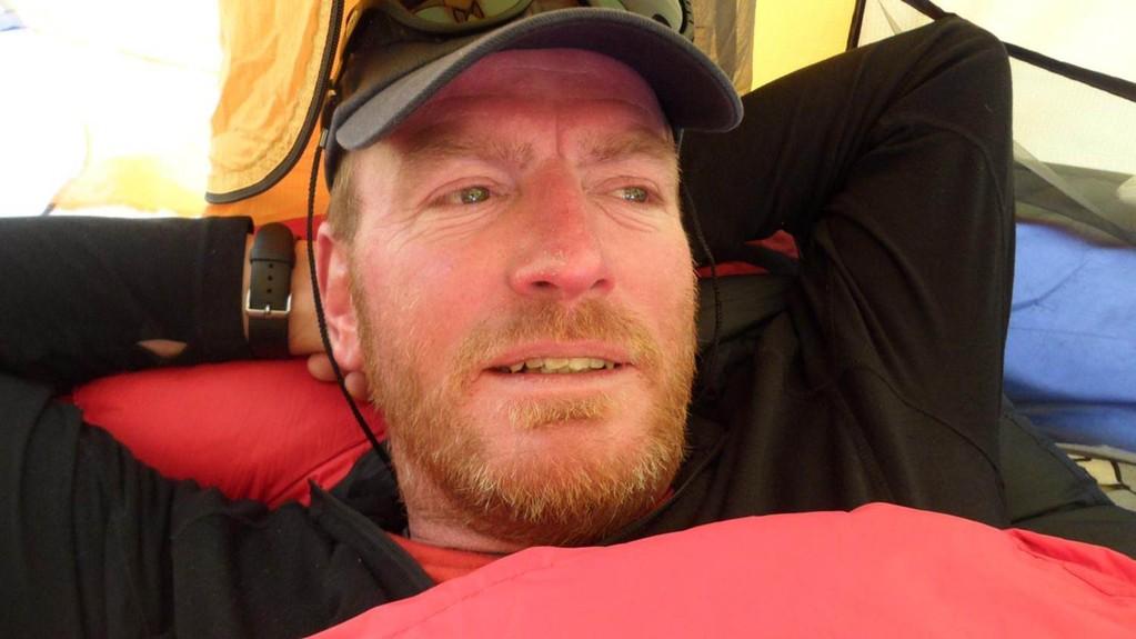 lange emotionale Diskussion - dann die Entscheidung: wir drehen um auf 5700m (ich weil ich bei diesem Berg an meine Grenzen gestoßen bin und Karl da er das Vertrauen in den Bergführer verloren hat)