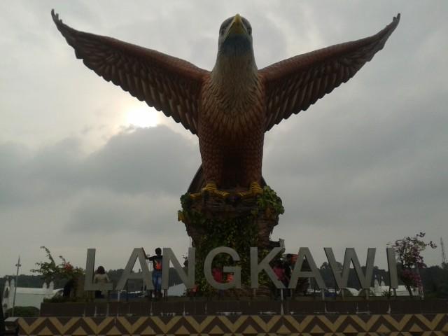 """12 Meter hoch ist das Wahrzeichen von Langkawi """"der Seeadler"""""""