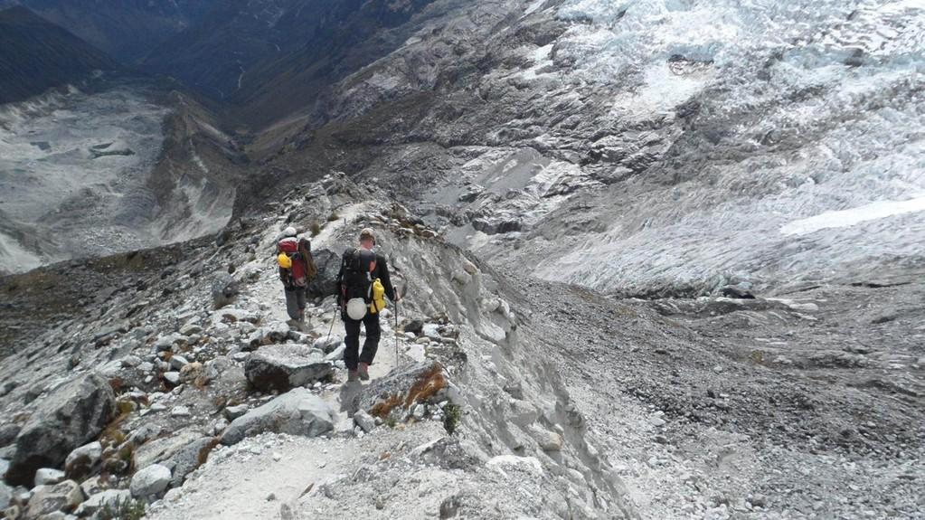 der lange Weg über die steile Moräne zurück (rechts geht es ca. 170m senkrecht runter)