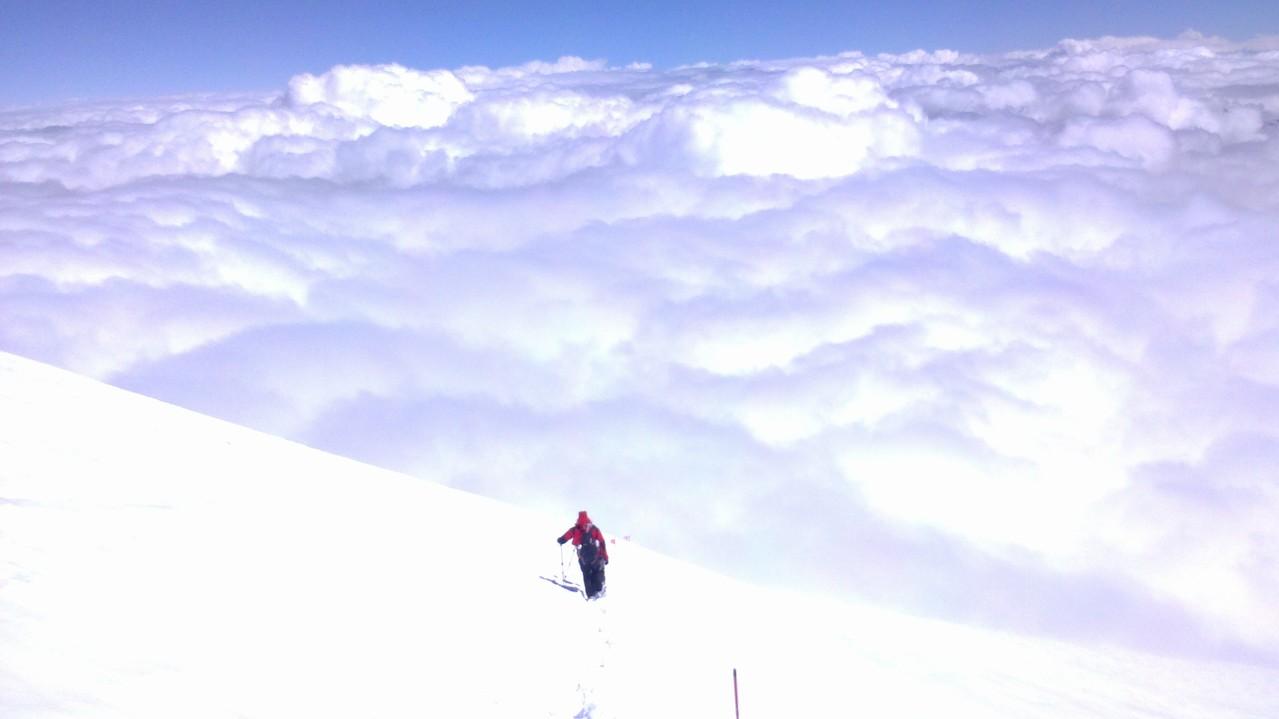einsame Bergsteiger über den Wolken