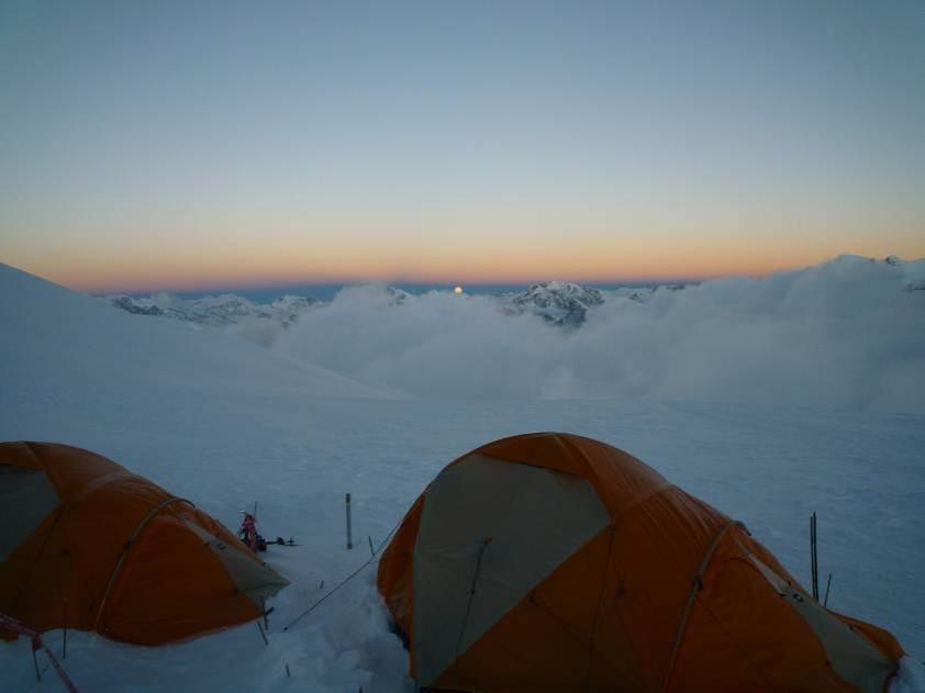 Lager 2 auf 6300m (tolle Aussicht aber nachts -19° im Zelt - draussen sind es -30°) hier drehe ich um, da ich über Nacht krank werde, mir eine Halsentzündung zuziehe und viel, zuviel Flüssigkeit verliere