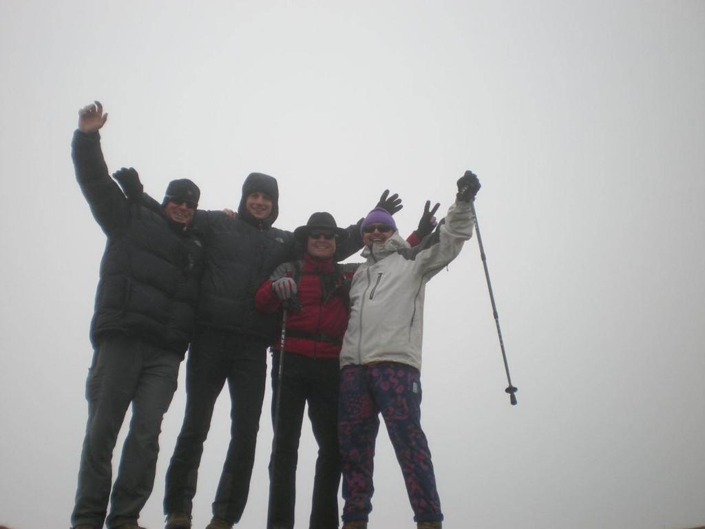 Doc Michael, Christian, Karl und ich das erstemal über 4810m (höher als Europa)