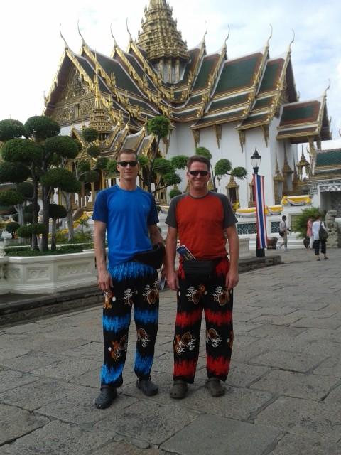 """Bangkok war die Stadt der komischen Hosen, wir mussten uns da es vor 10h war lange Hosen """"mieten"""" um den Königspalast besuchen zu dürfen, nach 10h sind auch kurze Hosen erlaubt ?!?"""