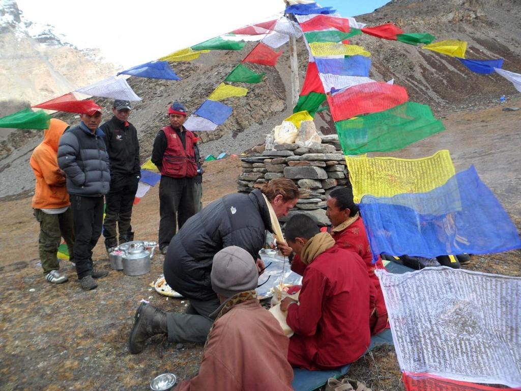 Puja ein heiliges buddistisches Ritual, welches die Götter gnädig stimmt und unser Ausrüstung segnet, die Mönche hatten einen Anmarschweg zu Fuß von 5Std einfach