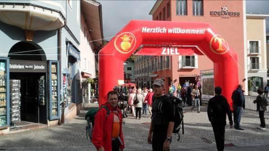 24Std und ca. 60km später – besondere Gratulation an Friedel der seine erste Bergtour überhaupt absolviert hat und das gleich mit den 24 Stunden vom Watzmann   Friedel ein kleiner Trost – die schmerzhaften Riesen-Blasen sind bis zum Start 2013 vergessen 