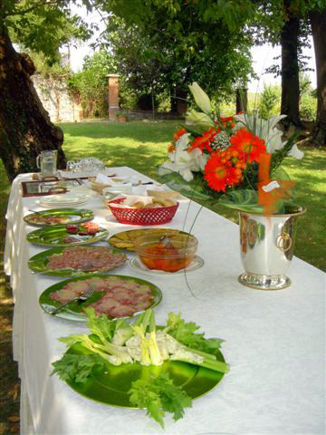 Der gedeckte Mittagstisch im Freien
