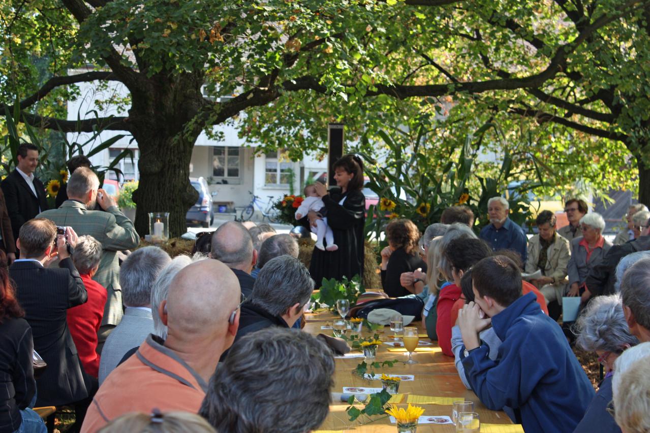 Saat- und Erntefest: Erntedankgottesdienst unter den Linden, mit Täufling