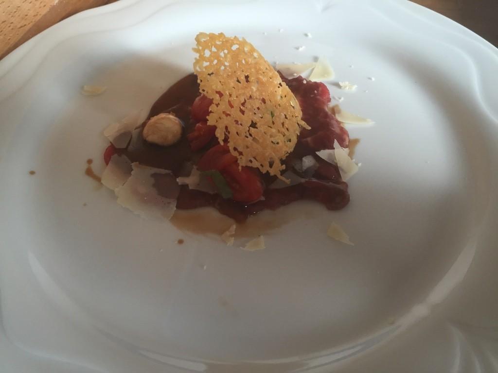 Carpaccio vom Angus Rind mit Panzanella und Parmesan croustilliant