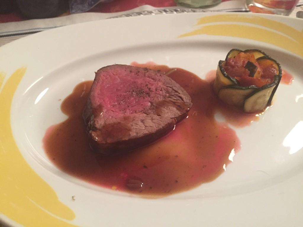 Charolais steak mit Trüffelsauce und Ratatouille Auflauf
