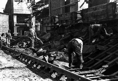 Am Rohschiefersilo: Beim Zerkleinern von Schieferbrocken, 1947 (Foto: Seeger-Press, Albstadt)