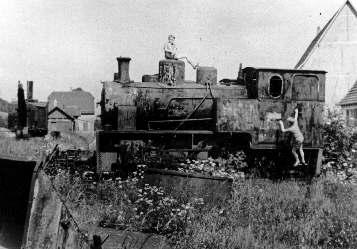 Feldbahn-Lokomotive und Dampfbagger (hinten) beim Erzinger Bahnhof, etwa 1950