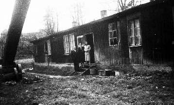 Ehemaliger KZ-Häftling (Holland) vor der ehemaligen KZ-Baracke, 1954