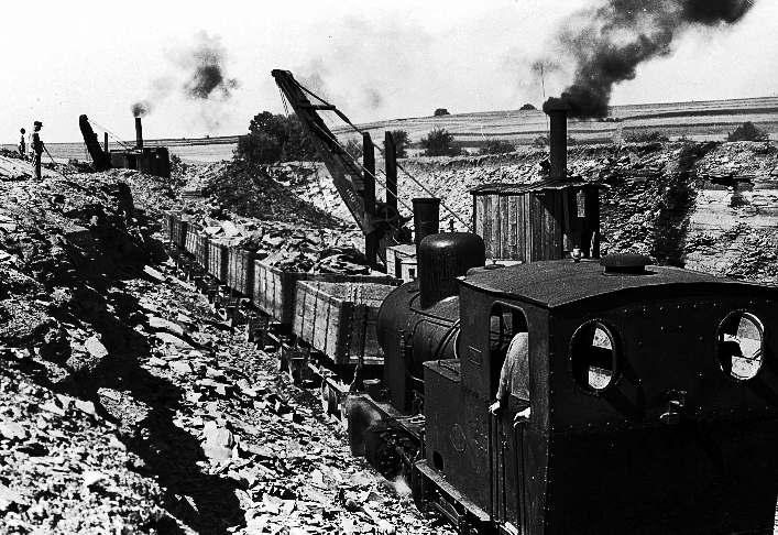 Im Schieferbruch: Dampfbagger beim Beladen der Feldbahnloren, 1947 (Foto: Seeger-Press , Albstadt)
