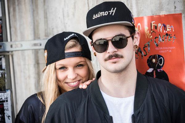 Cooler Typ mit Sonnenbrille und Mädchen mit Snapback