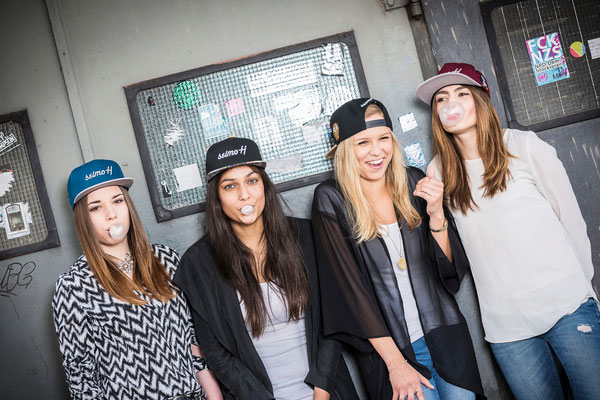 Vier Freundinnen haben Spaß mit seimoH Snapback