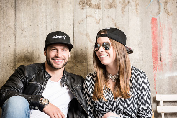Mann und Frau lachen mit seimoH Snapback