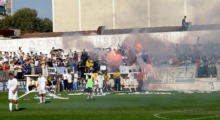 Quelle: http://metkovic-news.com/sport/navijacka-skupina-blue-white-killers-slavi-svoj-27-rodendan/ (27. Geburtstag der Gruppe im Jahr 2015)