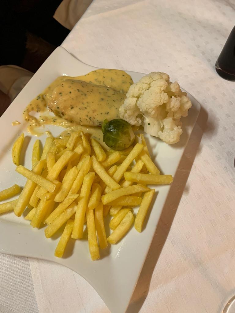 """Hauptspeise """"Pouletbrust mit Sauce Bérnaise, Pommes Frites und Gemüse"""""""