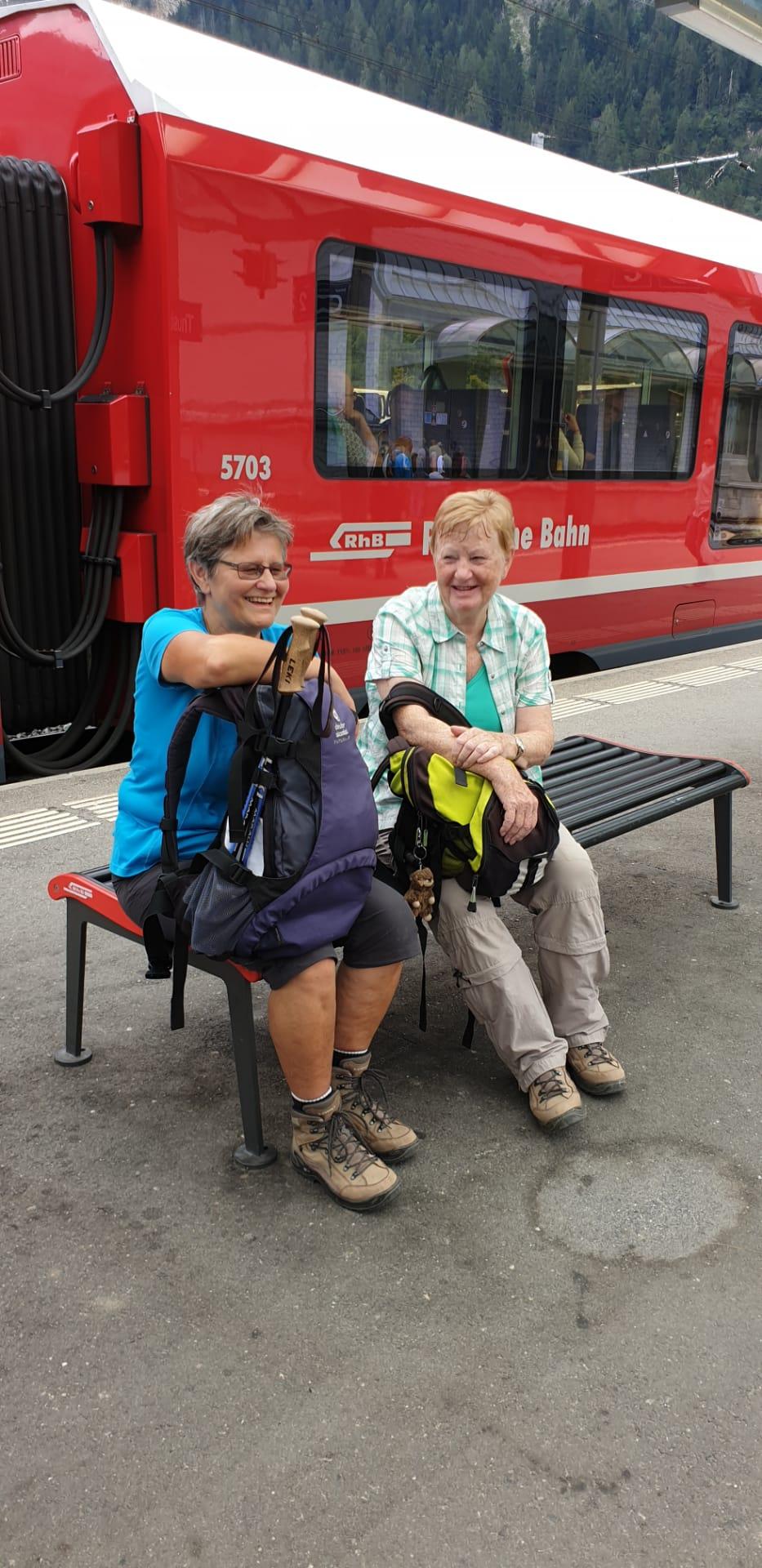 zuerst mit dem Postauto, dann mit dem Zug von Sils nach Chur