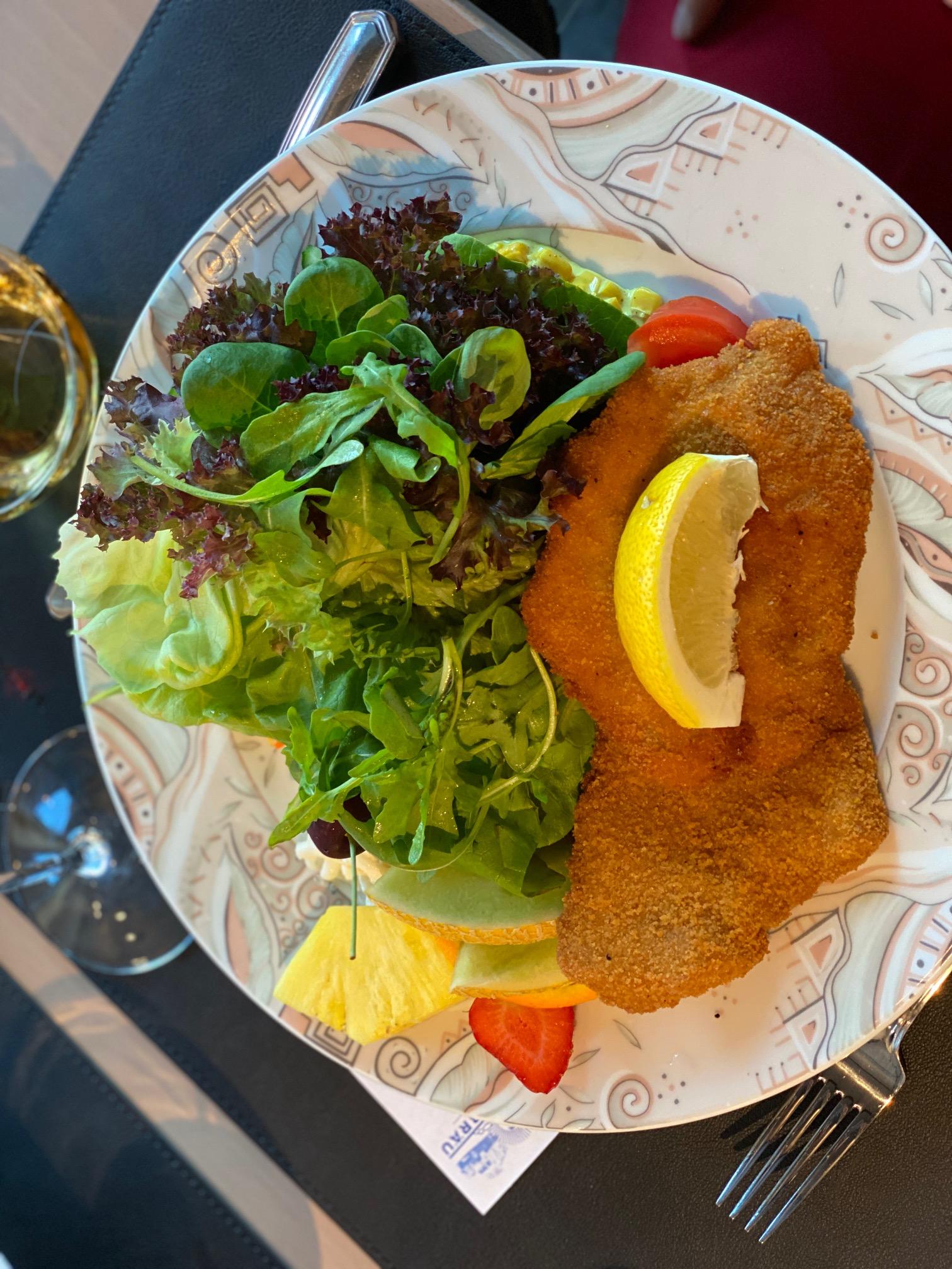 """""""Schniposa"""" = Schnitzel, Pommes Frites und Salat"""